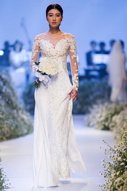 [Caption]Các mẫu áo dài ngày cưới được may với hai loại chất liệu là lụa truyền thống và ren hiện đại, thể hiện vẻ đẹp Tây phương trong chiếc áo truyền thống Á Đông.