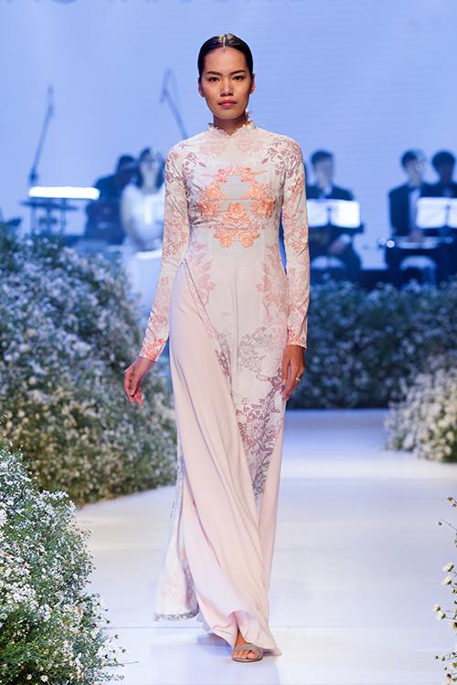 [Caption]Ngoài áo dài trắng, nhà thiết kế cũng gợi ý cho cô dâu một số mẫu áo dài pastel, áo dài đỏ lộng lẫy.