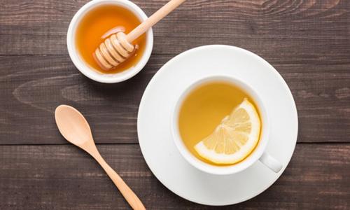 Uống nước chanh mật ong vào buổi sáng vừa giúp giảm cân vừa làm sạch mụn