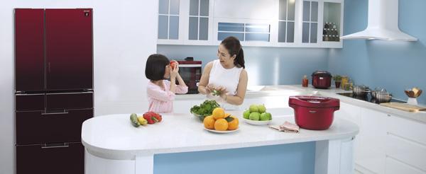 Thanh Thảo thường rủ con vào bếp chuẩn bị bữa cơm cho gia đình dù có bân rộn đến mấy. Bữa sáng thường đơn giản với bánh mì nướng, súp nui thịt&, nhưng là nguồn năng lượng thể chất cũng như tinh thần dồi dào cho cả nhà suốt ngày dài.Buổi tối nữ MC sẽ có nhiều thời gian để chăm sóc gia đình hơn. Cô đích thân đi chợ, nấu những món ăn yêu thích của từng thành viên và cả món mới lượm lặt công thức trên mạng.