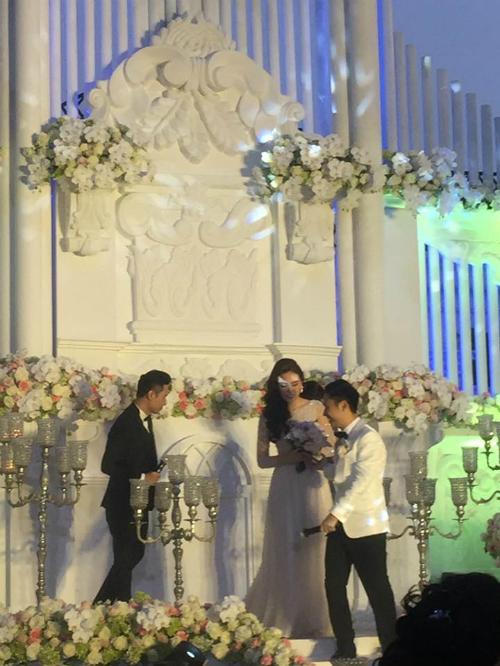 [Caption]Do muốn giữ không gian riêng tư để gia đình, bạn bè và người thân quây quần bên nhau, lễ cưới của MC Mai Ngọc không cho giới truyền thông tiếp cận.