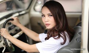 Yến Trang tạo dáng trên xe hơi cổ