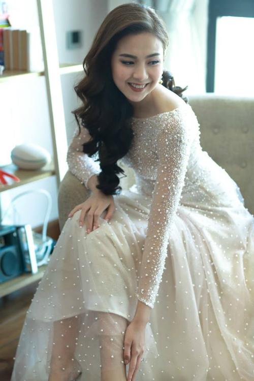 [Caption]Trước khi làm lễ chính thức, cô lại diện một chiếc váy khác thậm chí còn cầu kỳ hơn.