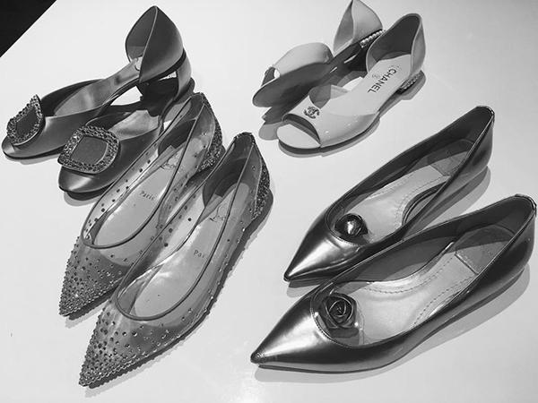 [Caption]Mai Ngọc còn rất đầu tư cho phụ kiện. Cô chuẩn bị tới 5 đôi giày hàng hiệu, trong đó có 4 đôi giày bệt của Christian Louboutin, Dior, Chanel, Roger Vivier...