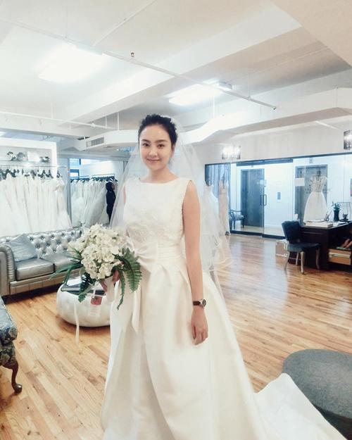 Trong lễ cưới diễn ra tối 2/12,Mai Ngọc diện chiếc váy cưới màu trắng kem đính nơ ngang eo của thương hiệu Rosa Clara. Được biết, giá của chiếc váy này là 10.000 USD (~ 227 triệu VNĐ).