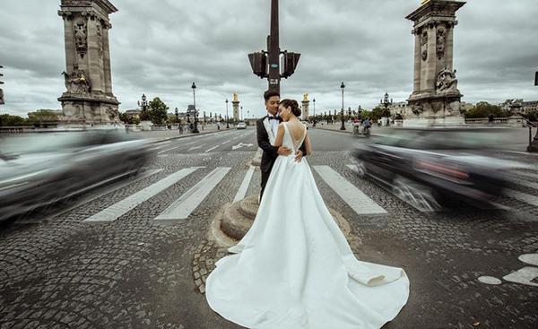 Trước đó, khi chụp ảnh cưới ở châu Âu, Mai Ngọc lại chọn cho mình một thiết kế của Lek Chi. Đây cũng là chiếc váy thứ 3 mà cô diện trong lễ cưới chính thức của mình.[Caption]
