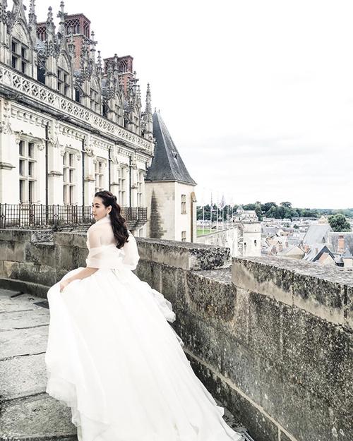 Nhà thiết kế sử dụng chất liệu voan xốp để tạo đồ bồng bềnh cho chiếc váy mà không cần sử dụng đến tùng váy nặng nề.