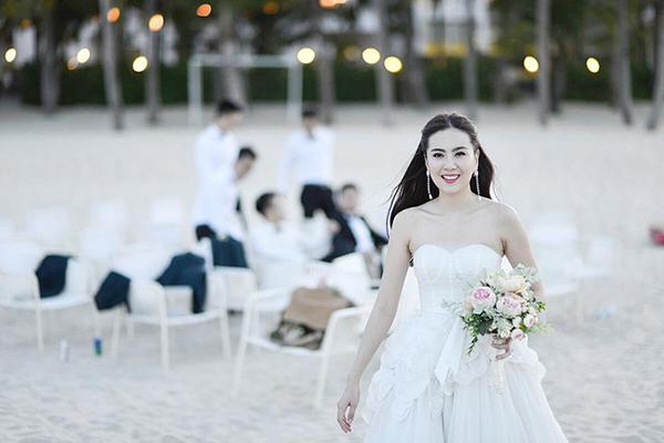 [Caption]Trong buổi chụp ảnh cưới ở Đà Nẵng, Mai Ngọc diện mẫu váy quây xếp lớp xòe bồng và đây chính là chiếc váy cưới thứ 7.