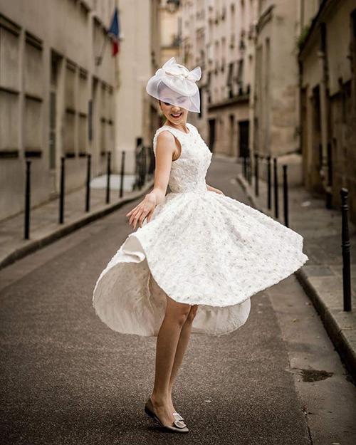 Cô dâu Mai Ngọc khoe sắc giữa Paris, Pháp trong bộ váy cưới ngắn trẻ trung.Cô diện nó cùng với giày bệt của thương hiệu Roger Vivier.