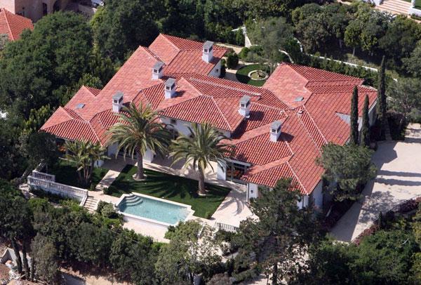 Biệt thự rộng hơn 1.000 m2 của nhà Becks ở Los Angeles vẫn không đủ chỗ cho ba cậu nhóc đá bóng.