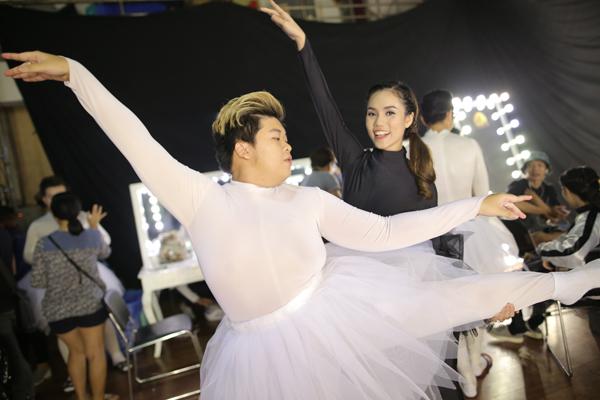 Ít ai nghĩ được rằng, với thân hình đồ sộ như vậy, Xuân Lộc có thể thực hiện các động tác múa một cách thuần thục đến như vậy.