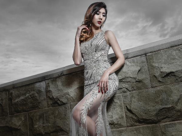 [Caption]Váy được thiết kế trên những chất liệu mỏng manh, xuyên thấu cùng các gam màu xám bạc mới mẻ, thích hợp cho đám cưới dịp cuối năm.