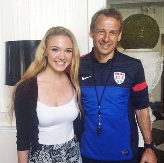 Emily chụp ảnh với cựu danh thủ Jurgen Klinsmann
