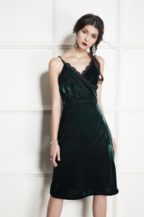 Chất liệu nhung được cách điệu linh hoạt mang tới nét quyến rũ và quý phái cho người mặc.