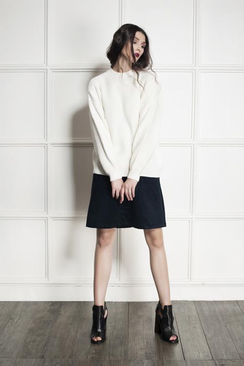 Mẫu áo len cổ lọ kết hợp cùng chân váy kaki nhung mang lại nét thời trang tươi mới.