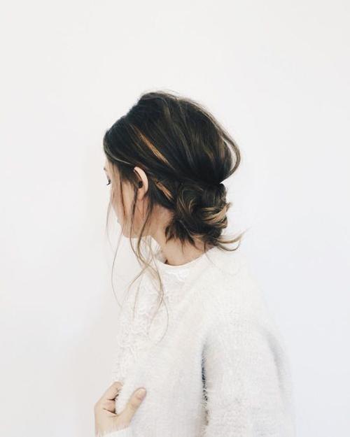 Khác với kiểu tóc búi tròn già nua hay kiểu tóc búi thấp vặn xoắn cầu kỳ chỉ thích hợp cho các buổi tiệc, tóc búi rối thấp