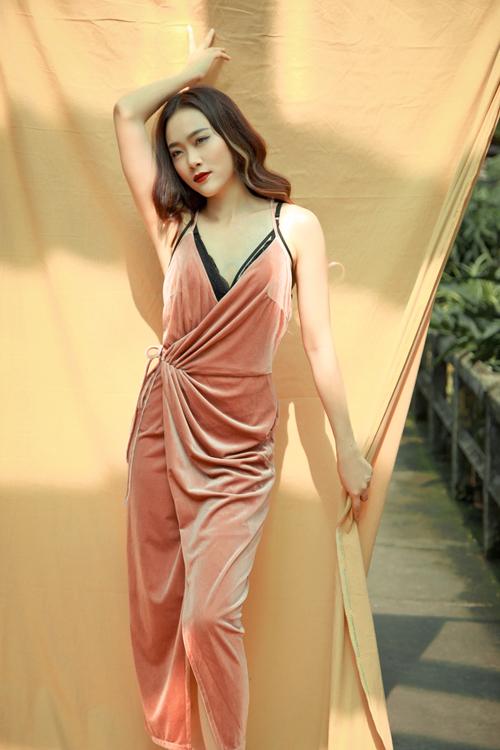 Váy vạt chéo thiết kế hai dây được xây dựng trên chất liệu hot trend là trang phục không thể thiếu ở mùa đông này.