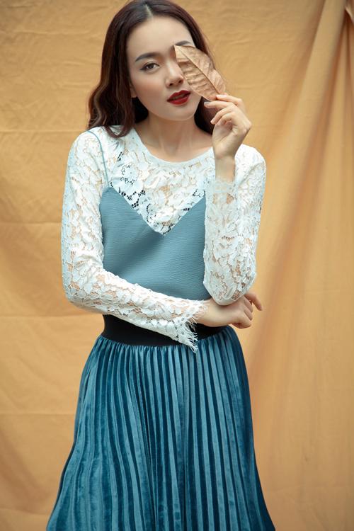 Bộ ảnh được thực hiện với sự hỗ trợ của stylist Trịnh Tú Trung, nhiếp ảnh Tom Nguyễn, trang điểm Thanh Phong, người mẫu Minh Trang.
