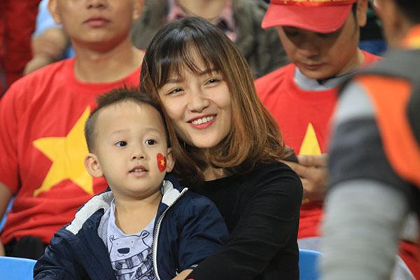 con-trai-dang-yeu-co-vu-thanh-luong-tren-khan-dai-2