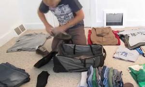 Chàng trai xếp quần áo cả tháng chỉ trong một cái balo