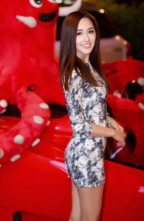 Hoa hậu Mai Phương Thuý cũng tươi tắn đến dự khai trương nhà hàng của người bạn thân. Cô giản dị với bộ cánh hoạ tiết hoa bó sát, trang điểm nhẹ hàng.