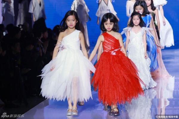 Hai con gái Lệ Đề tự tin sải bước trên sàn catwalk.Jaden (phải) khá giống bố, cô bé Cayla (trái) lại thừa hưởng nhiều nét đẹp của bà mẹ nổi tiếng. Hai công chúa nhỏ là con của Lệ Đề và người chồng cũ Jon Yen.