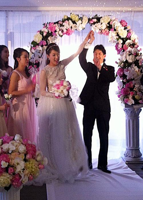 Đám cưới gây bất ngờ nhất: Chung Gia Hân lên xe hoa vớibác sĩ Jeremy, cháu trai của