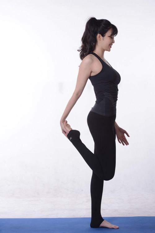 Đã bước qua tuổi 40, là mẹ của hai em bé song Hoa hậu Thu Thủy vẫn giữ được thân hình và nhan sắc trẻ trung. Bí quyết của cô là chăm chỉ tập yoga mỗi ngày.