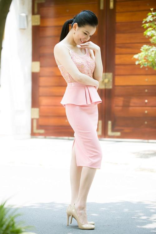 Hoa hậu Thùy Lâm chia sẻ, bí quyết giảm cân nhanh của cô là chăm cho con bú.