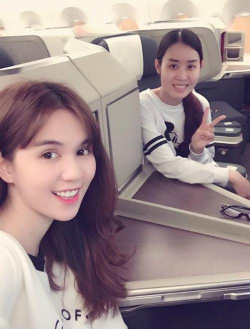 Sau khi lần đầu lên tiếng về chuyện tình cảm, Ngọc Trinh chia sẻ bức ảnh trên máy bay cùng một người bạn.