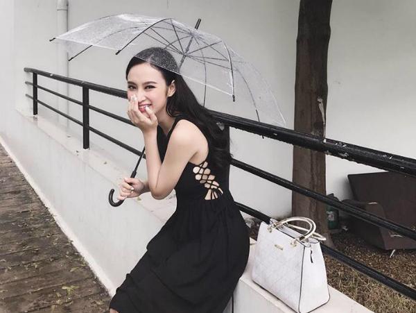 Angela Phương Trinh Mấy nay trời Sài Gòn đang có chút mưa nhẹ, tự nhiên thích cầm ô ra dạo phố, vừa tậu đôi boots xinh xinh và túi xách dễ thương nên tranh thủ sáng nay làm tấm ảnh lãng mạn dưới mưa luôn