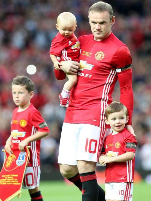 Rooney và 3 cậu con trai kháu khỉnh, trong số này Kai mê bóng đá giống bố nhất.