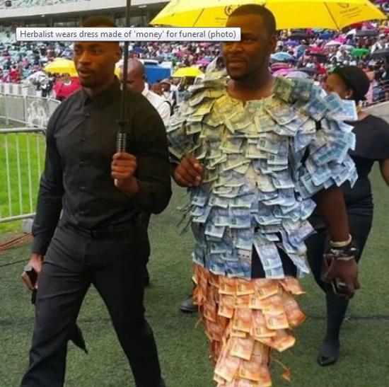 Michael Andile Dlamini diễu khắp nơi với bộ đồ đính tiền, được hộ tống bởi vài vệ sĩ. Ảnh: Oddity Central