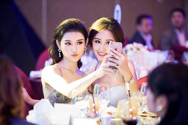 mai-phuong-thuy-huyen-my-khoe-lung-tran-o-su-kien-1