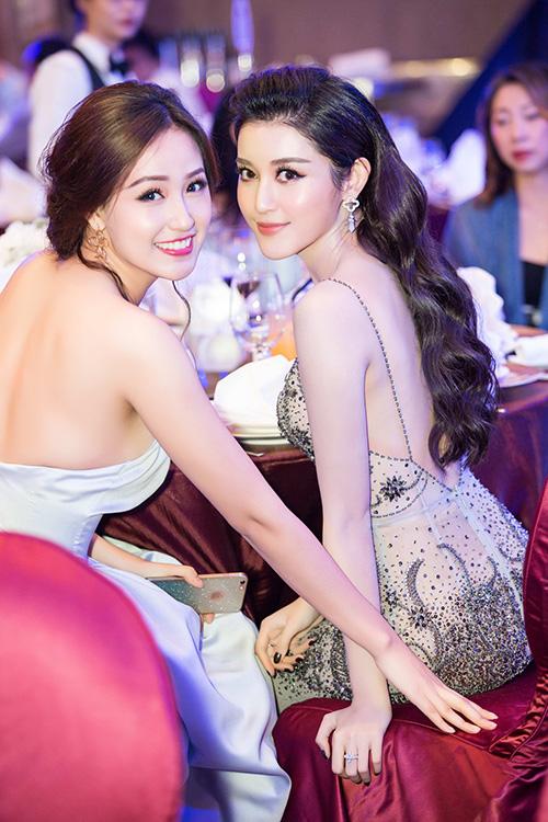 mai-phuong-thuy-huyen-my-khoe-lung-tran-o-su-kien-2