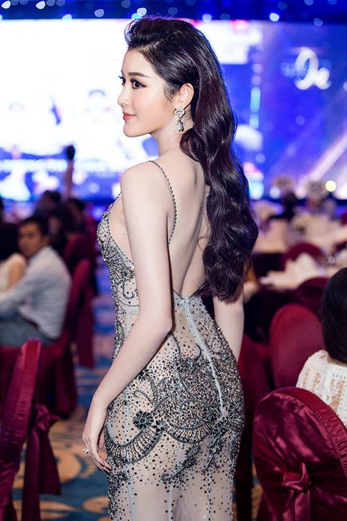mai-phuong-thuy-huyen-my-khoe-lung-tran-o-su-kien-6