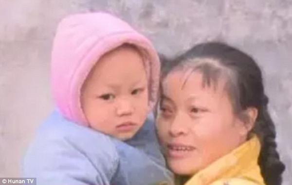 me-nhot-con-trai-vao-chuong-cho-vi-qua-on-ao-1