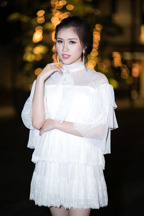 angela-phuong-trinh-thuot-tha-vay-trang-di-su-kien-7