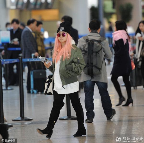 Hà Khiết xuất hiện tại sân bay hôm 19/12, gương mặt mệt mỏi. Tháng trước, khi Hà Khiết có show diễn tại Bắc Kinh, chồng cô cũng không tham dự. Ảnh: Ifeng