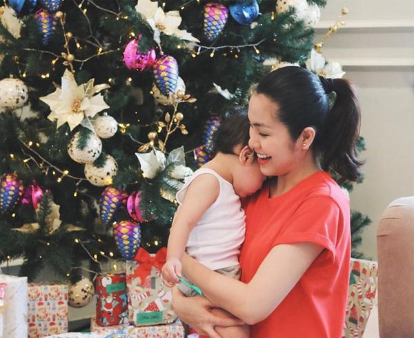 Hai mẹ con Tăng Thanh Hà tới dự tiệc Noel cùng những người bạn thân như Thân Thúy Hà, vợ chồng Phạm Anh Khoa, Bùi Việt Hà. Con trai ngọc nữ xấu hổ nép vào mẹ khi có người chụp ảnh.