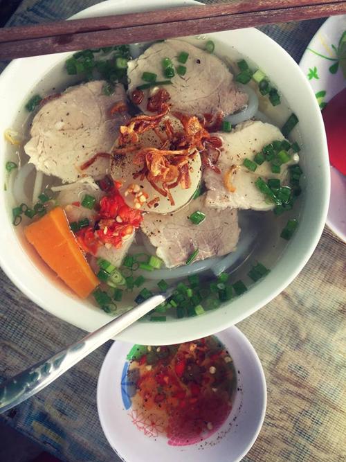Quán bánh canh ở gần ga Sài Gòn được Ngọc Trinh chụp khá nhiều ảnh review. Bánh canh là món ăn rất phổ biến ở TP HCM với nhiều biến tấu như bánh canh mực, thịt heo, cua, vịt, bánh canh chả cá, cá lóc, ghẹ...