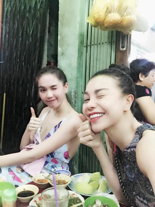 Ngọc Trinh tự nhận mình là cô bé ăn hàng với biệt tài lê la khắp các quán xá. Người đẹp vòng eo 56 còn đăng tải cảm nhận hoặc tư vấn địa chỉ các hàng quán cho độc giả trên Facebook cá nhân.