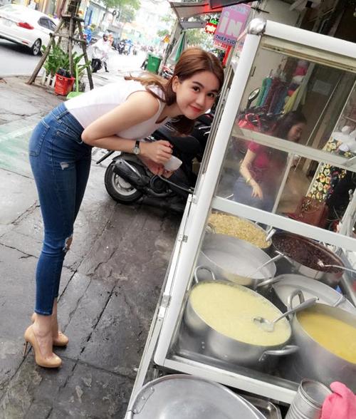 Ngọc Trinh cũng rất đam mê các món ngọt, đặc biệt là các món chè. Cô nàng từng thích thú ăn chè ngay lề đường với nhóm bạn, chụp ảnh lưu niệm với chủ quán để ca ngợi các món chè ngọt ngon.