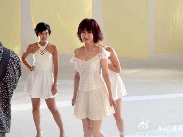phan-nghinh-tu-tuoi-71-van-mac-sexy-khoe-nguc-1