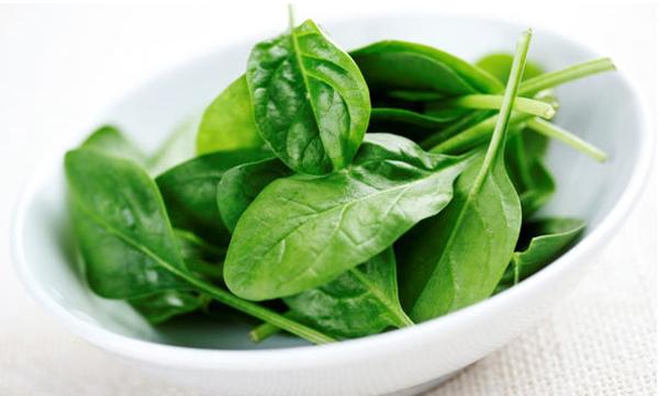 Thay vào đó, bạn nên thay thế phương pháp luộc truyền thống bằng cách hấp. Nếu bắt buộc phải thuộc thì nên sử dụng ít nước hoặc tận dụng nước luộc để làm món ăn như ăn nước rau thay canh, dùng làm súp.