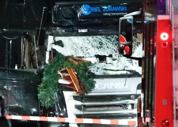 Mảnh cây thông còn dính trên xe tải. Ảnh: Reuters