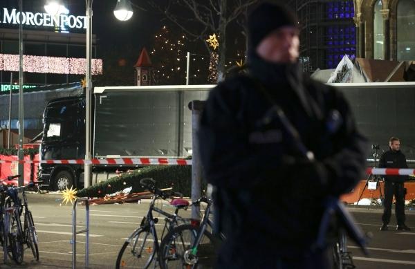 Cảnh sát Đức canh gác bên cạnh xe tải tại hiện trường vụ lao xe. Ảnh: Reuters