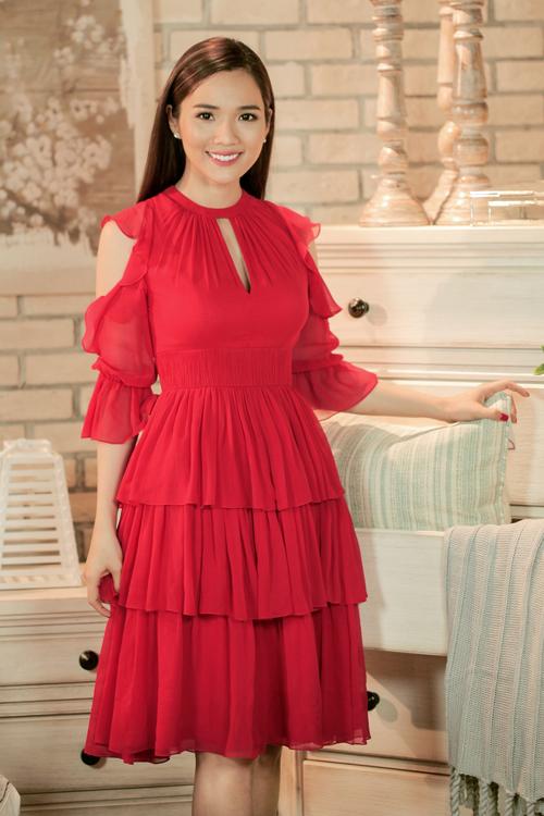 Nhân dịp Giáng sinh năm nay, siêu mẫu Kim Cương đã tranh thủ thực hiện những shoot hình thời trang mới nhất. Cô diện những thiết kế rực rỡ dành cho mùa lễ hội của Nguyễn Công Trí.