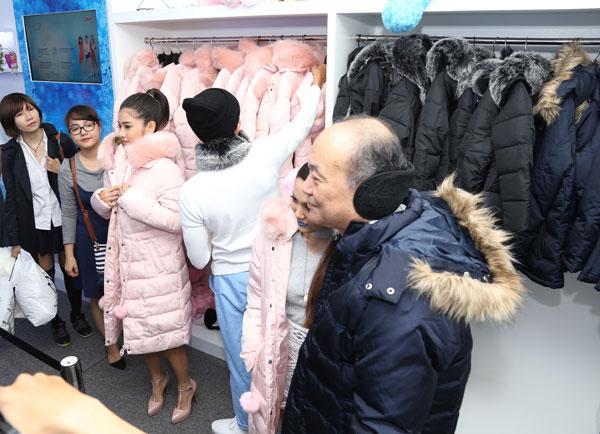 Diana Cool Fresh Zone là nơi đem đến một mùa Giáng sinh trọn vẹn cho người dân TP HCM. Ở đây, trước khi vào nhà băng, mỗi người sẽ được phát một áo khoác lông dày (màu hồng cho nữ và đen cho nam), găng tay và dụng cụ giữ ấm tai.