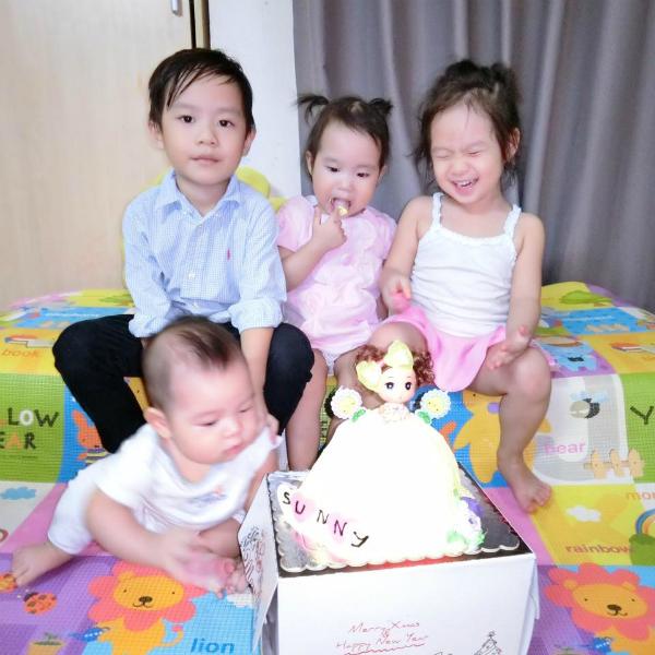 Gia đình Lý Hải Minh Hà tổ chức tiệc sinh nhật cho bé Sunny. Minh Hà viết: Sinh nhật cô tư Ny mà 3 em kia nhoi hơn sinh nhật mình. Sunny của ba mẹ đã tròn 2 tuổi rồi. Chúc con gái yêu mau ăn chóng lớn nhé. Ba mẹ, anh hai Ô, chị ba Ry và em Mio yêu tư Ny nhiều nhiều.